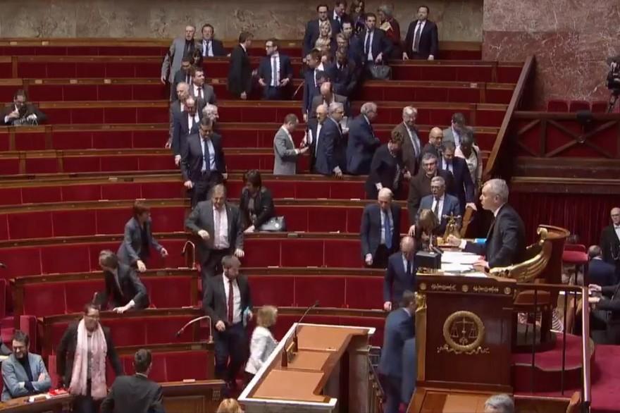Incident à l'assemblée nationale ce mercredi 21 mars 2018 : l'opposition de droite comme de gauche quitte l'hémicycle.