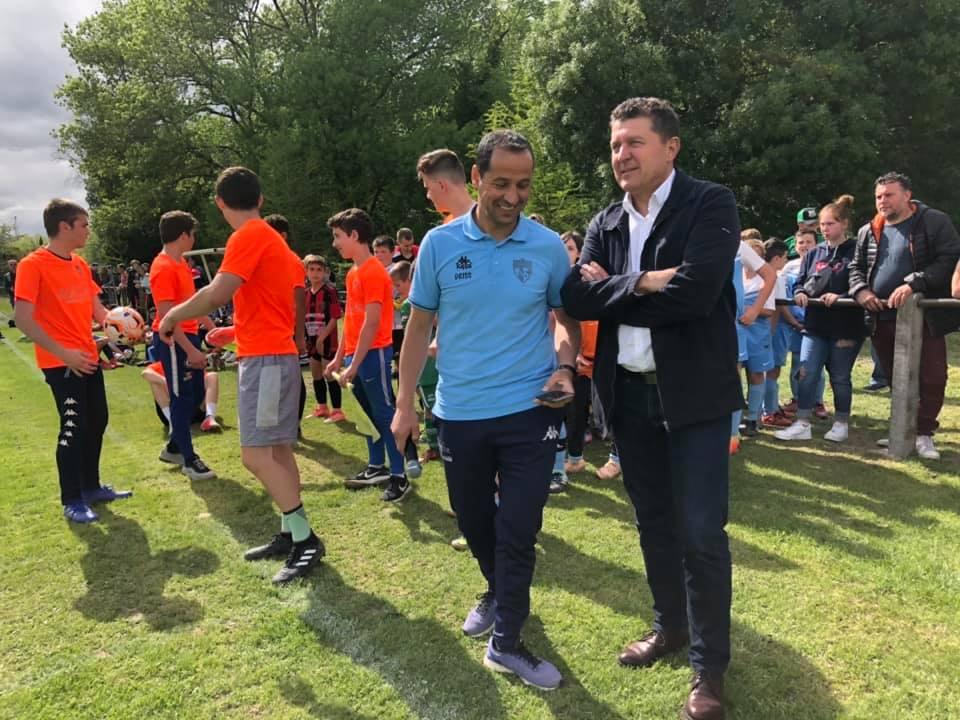 Au bord des terrains de foot, lors du tournoi U11/U13 à Saint-Jean-le-Centenier