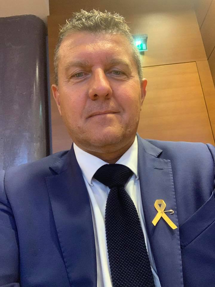 Je porte le ruban doré en soutien aux enfants atteints d'un cancer et leurs familles