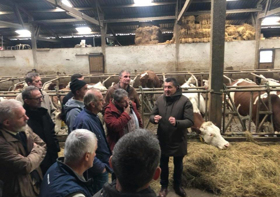 Echanges sur le terrain, à Coucouron, avec la profession agricole.