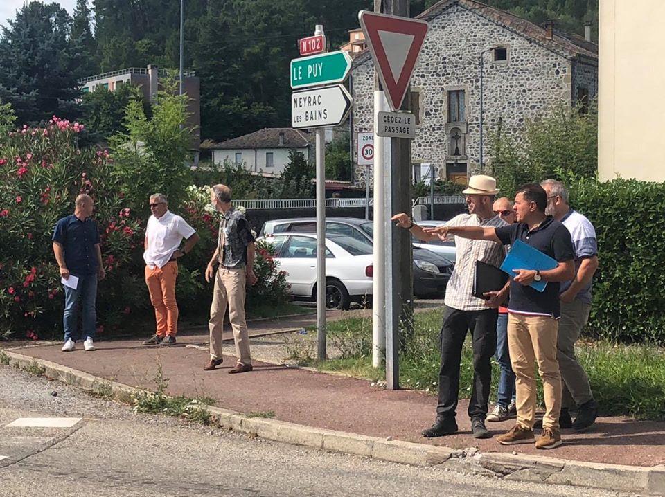Sur le terrain, pour une réunion autour de la sécurisation de la traverse de Lalevade.